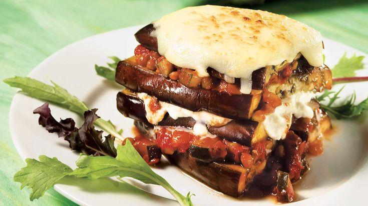 Ajoutez de la couleur au menu avec cet étagé d'aubergines grilllées au fromage et à la sauce tomate.