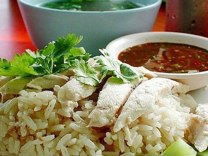 今や、タイのカオマンガイ屋さんが日本に進出してしまうほどの「カオマンガイ」(タイ風チキンライス)ブームぅー!  そこで、バンコクで有名なお店10選をしてみました。  本場のカオマンガイを是非食してみてください~