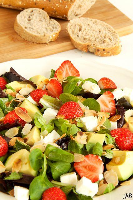 Aardbeien, feta & avocado salade - http://www.mytaste.be/r/aardbeien--feta--avocado-salade-708874.html