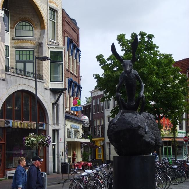 Since 2002 a controversial statue, Thinker on a Rock by sculptor Barry Flanagan has been located on the Neude.