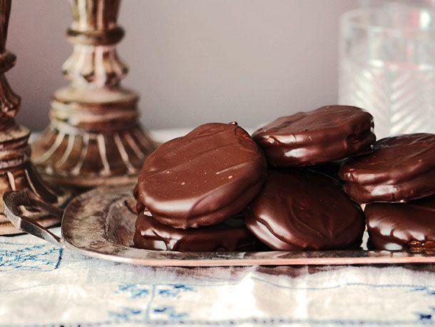 Alfajores de Chocolate (Argentine Chocolate-Dulce de Leche Sandwich Cookies) from Serious Eats. http://punchfork.com/recipe/Alfajores-de-Chocolate-Argentine-Chocolate-Dulce-de-Leche-Sandwich-Cookies-Serious-Eats