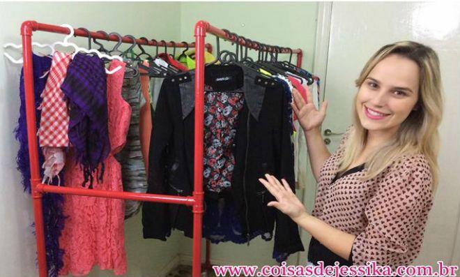Organize e decore seu quarto com uma linda arara de roupas feita com canos de PVC. Confira!