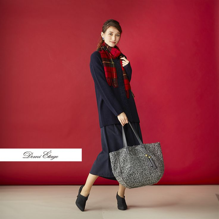 ダークカラーに映える赤のチェックストールで、大人可愛く♪ #maria_coordinate #大人カジュアル #demi_etage #ドゥミエタージュ #ootd #fashion #winter #冬コーデ #ニット #スカーチョ #バッグ #ストール #チェック柄