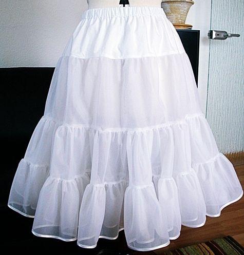 The 50's petticoat Одна важная вещь: использовать специальную ткань из юбки, но никогда не использовать тюль !!! После первой стирки тюль станет дряблым и мягким. Вместо специальной ткани из петтикота вы также можете использовать органзу или шифон.  Мы купили нашу специальную нижнюю юбку здесь. Эта юбка очень проста!  Примечание. Он состоит из двух слоев, и каждый слой состоит из трех уровней. Верхняя часть, которая не собрана, изготовлена из другой ткани, вы можете использовать тафту или…