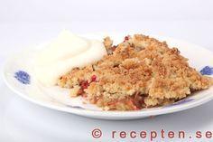 Recept på min goda rabarberpaj, en smulpaj med kokos i smuldegen. Mycket god och enkel paj med rabarber.