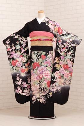 Furisode- Genç kızlar için Kimono, Furisode en yaygın tüm kimono türlü kabul edilmektedir. Bu tip genellikle genç, evlenmemiş kadınlar tarafından giyilir. 19 yaşından sonra, yaş ilerledikçe ve evlenince kollar kısalmaktadır. Genç bir kadın tarafından giyinen furisodenin, sallanan kolları cilveli davranış olarak kabul edilmektedir.