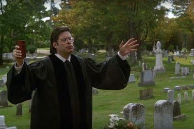 Stephen King fazendo uma participação especial no filme de terror O Cemitério Maldito.