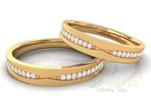 Cincin unik bermata cantik siap untuk anda jadikan sebagai simbol ikatan anda. Cincin Teuni tampil anggun dengan tatanan batu zircon yang dipasang menurut pola tertentu. Lapis warna emas kuning yang dikilap memunculkan kesan mewah klasik. Nuansa sakral erat pada performa cincin Teuni ini. Bagi anda pasangan yang akan menggelar hari istimewa pastikan cincin Teuni …
