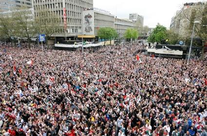 Een volle Rotterdamse Coolsingel tijdens de huldiging van Feyenoord
