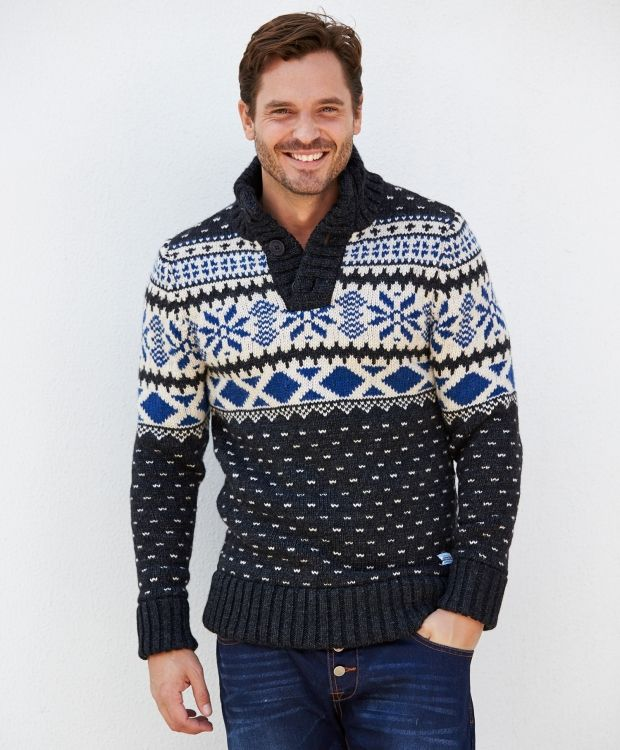 Superdry Hudson genser Grovstrikket, mønstret genser med kort knappestolpe og ribbestrikket krage. Dobbel ribb i nedkant og ved ermavslutning.Ullvask.