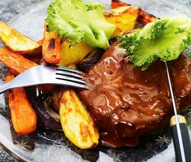Honungs- och pepparstekt fläskkarré är en lite lyxigare rätt. Rotfrukter och grönsaker blandas i olivolja innan de steks färdigt i ugnen. Karrén tillagas ihop med honung och smulad peppar innan grädden hälls över. Servera denna smakrika karré ihop med ugnsrostade grönsaker, sallad och sås.