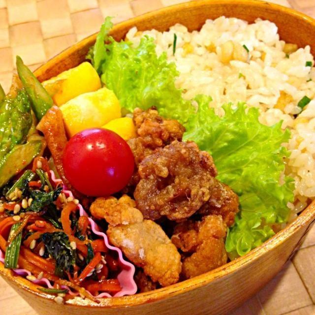 たぬき飯、竹輪とアスパラのピリ辛炒め、セロリの葉と人参のきんぴら、卵焼き。 たぬき飯は、上に海苔乗せて海苔弁にしようかと思ったけど、見栄え的に海苔はご飯の真ん中に挟みました。 - 104件のもぐもぐ - 豚こまの竜田揚げ弁当 by masako522