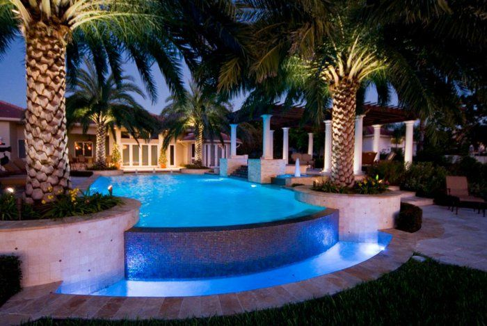 piscine-hors-sol-profonde-éclairage-neon-palmes-colones-motifs-cascade