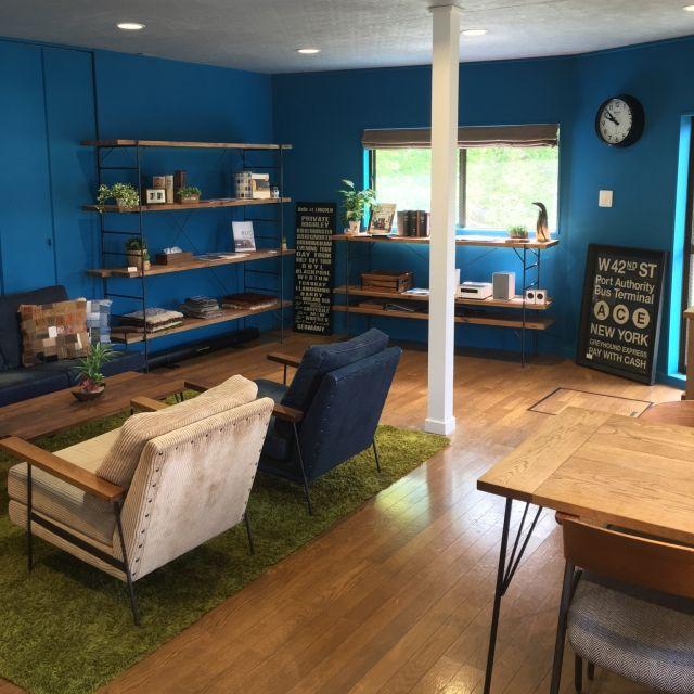 tapiさんの、Overview,家具の配置,ラグ 緑,リノベーション,空間づくり,ペイント壁,ダイニングテーブル&チェア,デニムソファ,ブルーの壁についての部屋写真