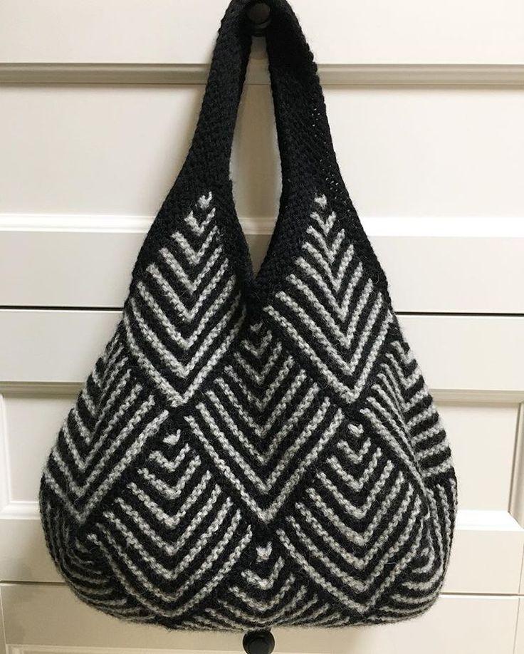 ドミノ編みバッグ #bag #持ち手 を編みました。 #フェルト化 はいまひとつ #内袋 はこれからです(=´∀`) #ドミノ編み #hobby #domino #hechoamano #handmade #rana #wool #bolsos #編み物 #棒針編み #手芸 #crochet