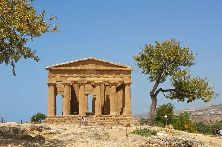 Templo de Juno ou Templo de Hera, área Arqueológica de Agrigento, Valle dei Templi - Agrigento - Sicília - Itália   No topo da colina, o Templo de Hera Lacinia (Juno) honra a protetora do matrimônio e do parto. O nome Lacinia deriva de uma associação errada com o santuário do mesmo nome no promontório laconiano perto de Crotone.   O templo conserva a sua colunata (embora não em perfeitas condições), que foi parcialmente reerguido no início de 1900.   Construído em meados do século 5AC, foi…