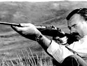 O Ernest Hemingway ταξίδευε συχνά και μάλιστα σε μέρη που εκείνη την εποχή είχαν το μύθο του «εξωτικού». Στα ταξίδια του στην Αφρική για σαφάρι χρησιμοποιούσε ένα δίκαννο κατασκευασμένο από τη λονδρέζικη φίρμα Westley Richards,
