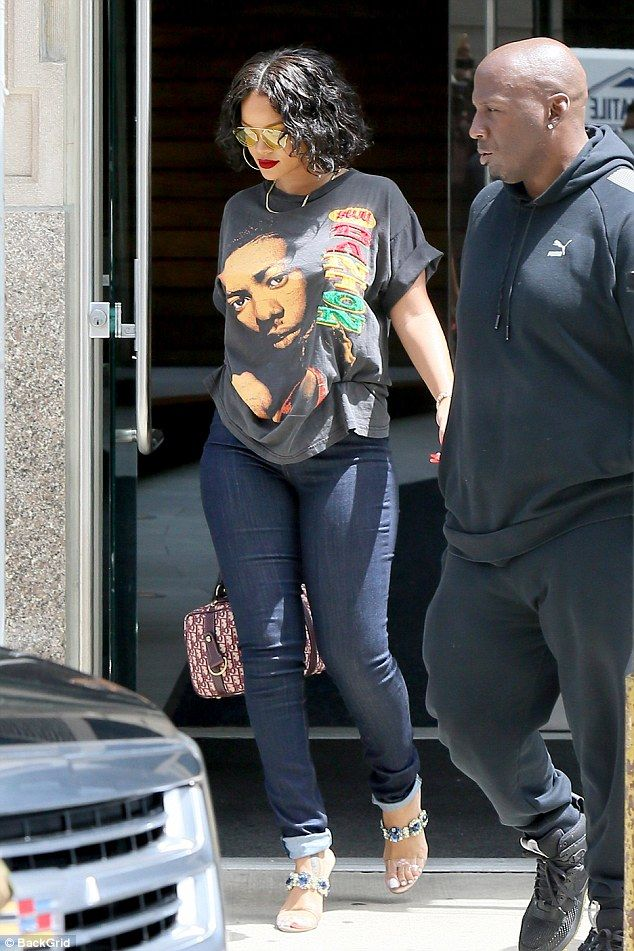 Just like your or me:She wore the tee with basic blue jeans which looked like she had no...
