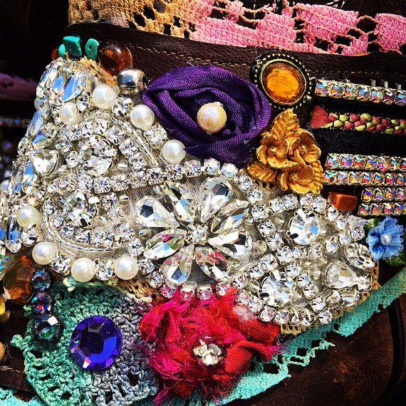 Me permettre de décorer vos bottes préférées avec une paire de mes enveloppements botte Bohème mousseux! Mousseux Bohème botte collier s'enroule, Trésor Bohème, l'Art vestimentaire, dentelle ancienne peinte à la main, Taché de thé, Ribbonwork soie, bijoux strass, tissu Art, cristaux Swarovski, perlage, scintillants, magique, conte de fées, romantique... Unique en son genre. Vous va être mise en service moi de créer pour vous une paire sur mesure (2 boot s'enroule - 1 pour chaque…