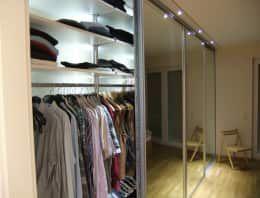 Je mehr Kleiderbügel vorhanden sind, desto Knitterfreier bleiben die Kleidungsstücke. Ankleidesystem mit LED-Beleuchtung und Spiegelschiebetür von Möbel nach Maß & Licht-Ideen