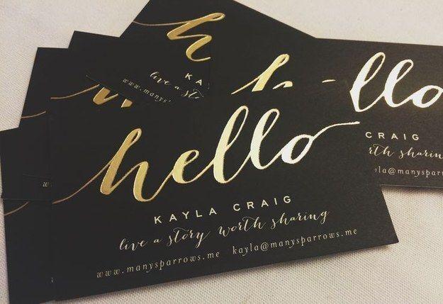 El color dorado es otra buena opción para que tu tarjeta resalte y se diferencie de las demás: