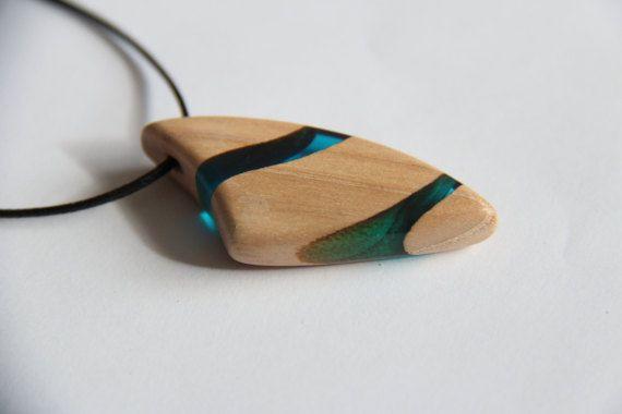 pendentif / collier en bois et résine bleue