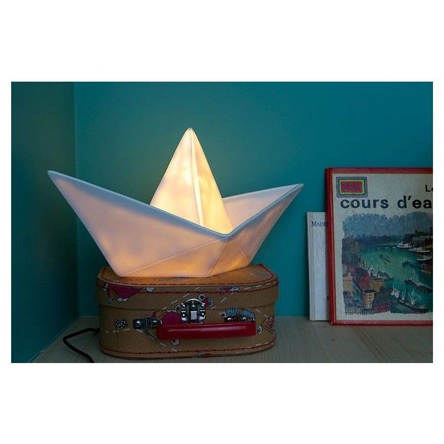 Magnifique cette lampe enfant en forme de pliage de bateau blanc. Elle plaira à coup sûr à votre enfant. Un petit côté vintage, ce luminaire enfant fera sensation dans la chambre de votre enfant. Pensez à l'offir en cadeau d'anniversaire et en cadeau de naissance. Vous pouvez l'utiliser en lampe d'ambiance ou lampe de chevet. Matière : lampe en vinyle moulé, avec son LED à lumière douce, fabriquée à la main en Espagne Lampe fournie avec une douille qui émet 150 lumens. Source ...