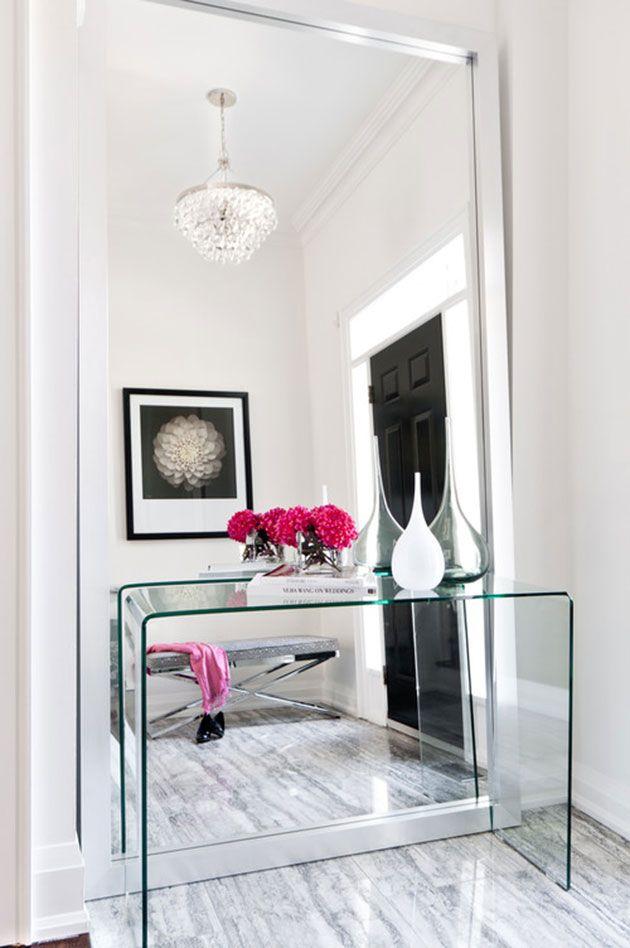 Recibidor con espejo de pie y mueble de cristal