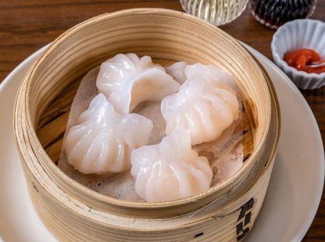 玻璃蒸蝦餃(広東風 海老蒸し餃子) - 名雪 寛己シェフのレシピ。広東料理の代表的な飲茶のひとつ、海老蒸し餃子。浮き粉と片栗粉を合わせて作る皮が、蒸すとプルプルに仕上がるのが特徴です。 豚の背脂を入れることでコクをプラスし、具をなめらかな舌ざわりに仕上げるのもポイントです。 ※調理時間に、皮の生地をねかせる時間は含みません。