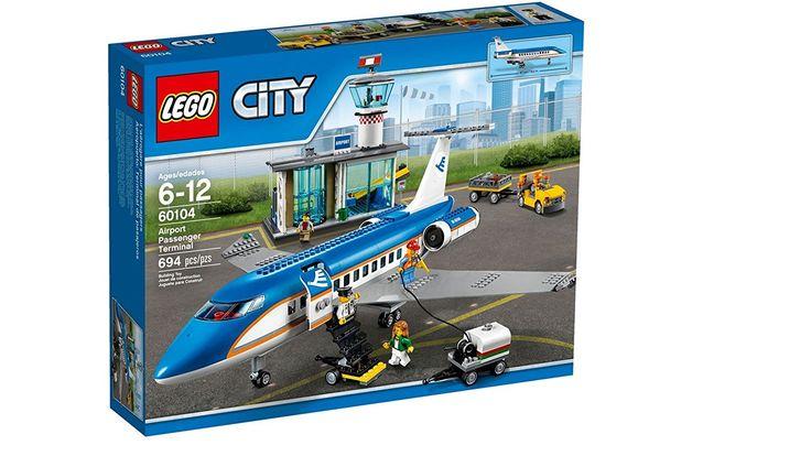 LEGO City Aeropuerto terminal de pasajeros por tan solo 69,99 €  ¡Haz las maletas y prepárate para unas vacaciones! Dirígete al aeropuerto y factura en la terminal. Coloca tu equipaje en la cinta transportadora y mira cómo lo cargan en el avión de pasajeros.