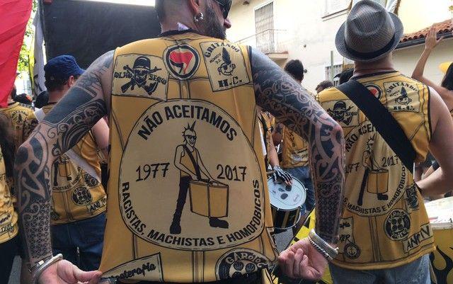 """  """"77 - Os Originais do Punk"""",   O cordão circula desde 2014 pelas ruas da Vila Madalena transformando o repertório punk rock em marchinhas. O cortejo deste ano teve como temas o fim da polícia militar, o combate à homofobia, e à discriminação. """"Não aceitamos racistas, machistas e homofóbicos"""" – alertam os organizadores. A Frase estampa a camiseta do bloco."""