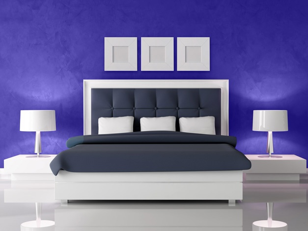 Ca orice culoare tare, pentru dormitoare ,mai puţin spaţioase, se recomandă aplicarea sa doar pe anumite suprafeţe, întrucât altfel va micşora vizual camera. Pentru a evita acest lucru se mai poate recurge la aplicarea unor modele albe (stickere) pe perete ce au atât rol decorativ dar sunt şi practice întrucât dau senzaţia de spaţialitate.