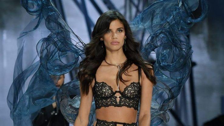 As modelos da Victoria's Secret pisaram esta quarta-feira a passerelle mais cobiçada do mundo. Sara Sampaio ganhou um par de asas azuis e desfilou com lingerie rendada, ao lado de Irina Shayk.