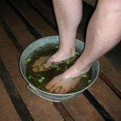 PARA LAS VARICES Preparar un baño con 1 puñado de manzanilla, 1 puñado de menta, 1 puñado de laurel, 1 pizca de bicarbonato en2 litros de agua el cual se debe llevar a ebullición, retirar del fuego y después añadir las hierbas por 5 minutos. Se debe colocar la infusión en una palangana; mezclarla con el bicarbonato y dar un baño de pies