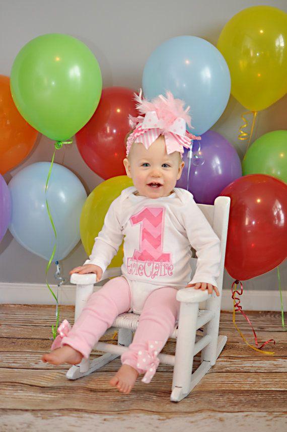 Erste Geburtstag Outfit--Pretty Pink Chevron--Bogen, Stulpen und personalisierte Bodysuit mit chevron