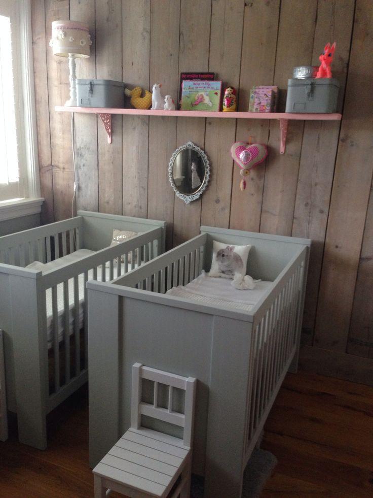 2 ledikantjes opnieuw geschilderd in grijs/groene kleur voorop tweeling babykamer.
