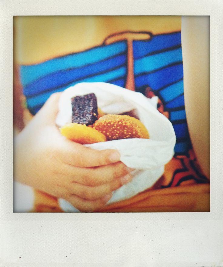 Meine Mädchen lieben Gummibärchen! Und da es gleich noch mehr Spaß macht, seine Süßigkeiten selbst zu machen, will ich Euch dieses Rezept (aus einem älteren Kochbuch von Jamie Oliver) für Fruchtgummis ohne Zucker (!) nicht vorenthalten. Am besten macht man hiervon gleich 500 Gramm oder ein ganzes Kilo und bewahrt sie in einem luftdichten Glas ...