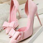 Deri toz pembe yani oldukça açık bir pembe ile deri fiyonklu stiletto ayakkabı modeli