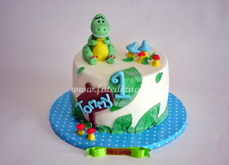 Torta Dinosauro per il Primo Compleanno: con nome e numero personalizzati, funghetti e dinosauro interamente modellati a mano