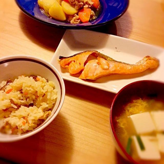 グリルから魚をお皿に移すとき必ず崩れるのは何故だ - 8件のもぐもぐ - 肉じゃが 焼き鮭 豆腐とニラ玉のすまし汁 鶏五目ごはん by ak82y