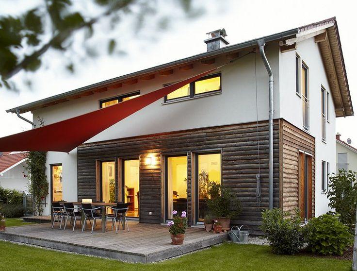 Das Landhaus von der Firma Haas ist ein Fertighaus, das weiß verputzt ist und durch seine Holzfassade aus unbehandelten Lärchenholz einen leicht skandinavischen touch gibt.