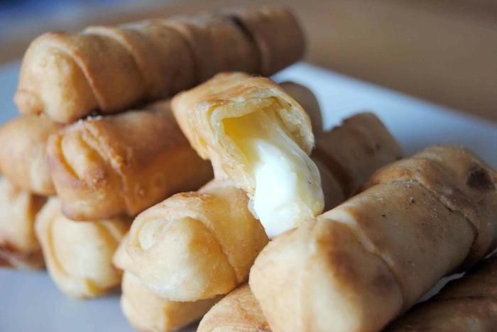 餃子の皮などでチーズを包んで、オーブンで焼きます。 あふれるチーズがたまらない美味しさ。