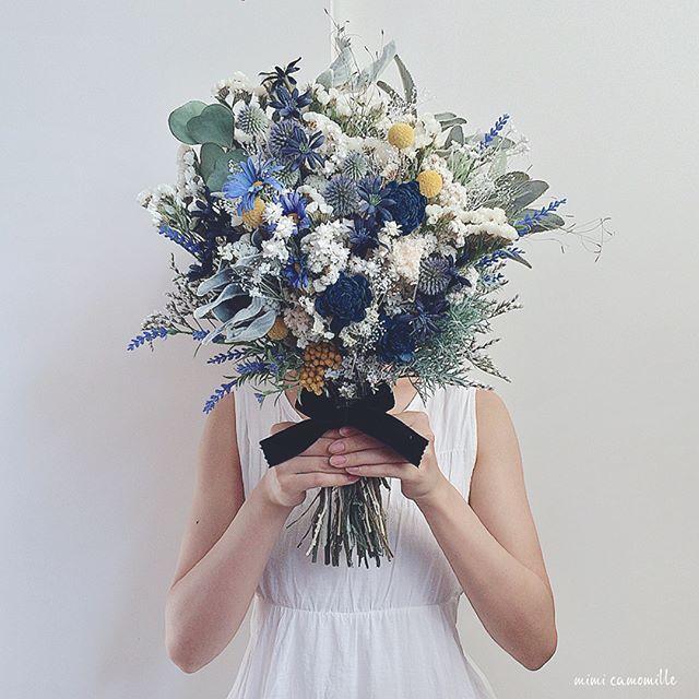 ❄︎*. blue-navy×white natural elegant bouquet. オーダーいただいた、イエローがアクセントのクラッチブーケ。 花嫁さまそれぞれの個性に出逢えるオーダーメイド。 自分ではなかなか思いつかないデザインをつくれる、新発見の楽しみがあります🌝🌿 . . . #ブーケ #ウェディングブーケ #ブライダルブーケ #クラッチブーケ #フラワーアレンジメント #ドライフラワーブーケ #ブートニア #ハンドメイド #オーダーメイド #インテリア雑貨 #結婚式準備 #ドライフラワー #ドライフラワーのある暮らし #プリザーブドフラワー #花のある暮らし #アーティフィシャルフラワー #プレ花嫁 #日本中のプレ花嫁さんと繋がりたい #全国のプレ花嫁さんと繋がりたい #ウェディングドレス #結婚式 #ガーデンウェディング #ラスティックウェディング #スワッグ #bouquet #minne #2018春婚 #2017秋婚 #2017冬婚 #atelier_mimi_camomille