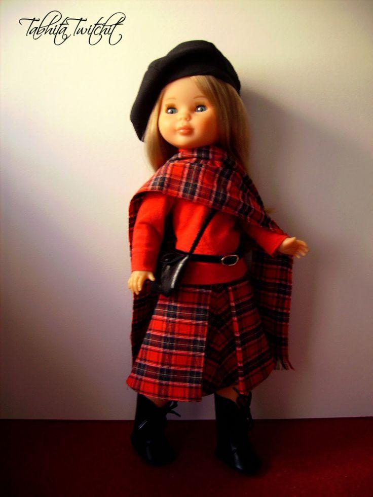 Georgina llegó a mi en una caja trousseau, vestida con una versión muy cortita del modelo De mañana  en azul celeste, y acompañada del ab...
