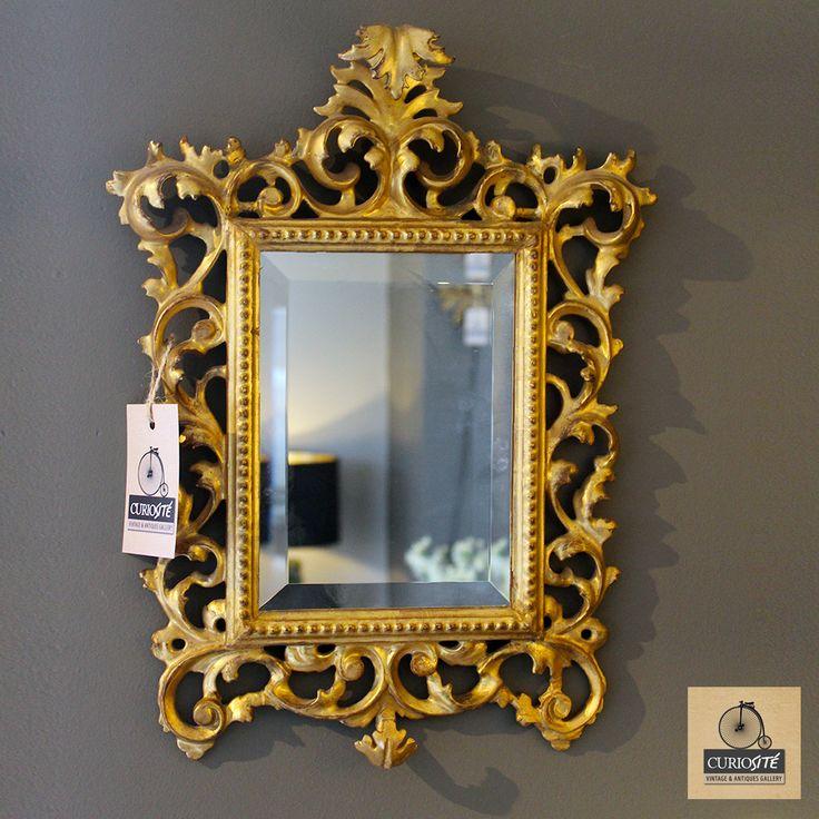 CORNUCOPIA ANTIGUA Hermoso espejo biselado con marco de madera y yeso francés.