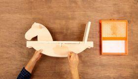 ¿Quieres que tus hijos sean auténticos cowboys? Aprende a construir de manera muy sencilla un original caballo de madera que les proporcionará horas de diversión.