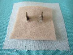Afin de renforcer encore la zone et de protéger votre tissu du frottement métallique, glissez sur les pattes un petit morceau de polaire (ou de molleton).