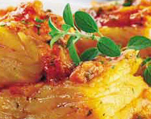 Bacalhau Assado no Forno com Tomate - http://www.receitasja.com/bacalhau-assado-no-forno-com-tomate/