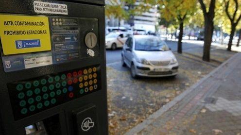 Madrid prohíbe aparcar en el centro a los no residentes por la contaminación