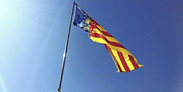 Die Flagge von Valencia, Spanien. Erlebe #Katalonien & Valencia z. B. auf dieser 8-tägigen Rundreise. #MietwagenTips gibt Euch auch passende Fahrzeugempfehlungen für Paare & #Familien. [Foto:Pixabay]
